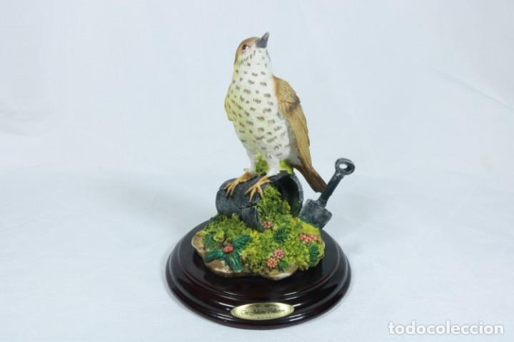 CURIOSA ESCULTURA REALISTA DE UN PÁJARO HECHO EN PORCELANA Y RESINA - THE JULIANA COLLECTION (Arte - Escultura - Porcelana)