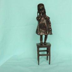 Arte: ENCANTADORA FIGURILLA EN BRONCE DE UNA NIÑA. CHARMING BRONZE FIGURINE OF A CHILD.. Lote 223827896