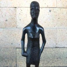Arte: FIGURA ARTESANAL MUJER AFRICANA TALLADA EN MADERA - ALTURA: 16 CM - EN PERFECTO ESTADO. Lote 225586440
