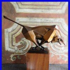 Arte: MAGNIFICA ESCULTURA DE UN TORO DE BRONCE SOBRE BASE DE MADERA FIRMADA DECOUX. Lote 226828246