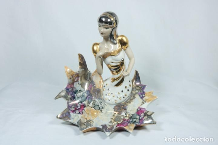 PRECIOSA ESCULTURA DE PORCELANA DE UNA MUJER SOBRE OLAS - DAVOR (Arte - Escultura - Porcelana)