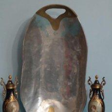 Art: DAVID MARSHALL. BANDEJA DE GRANDES PROPORCIONES (58 X 29 CM) EN METAL.. Lote 228511330
