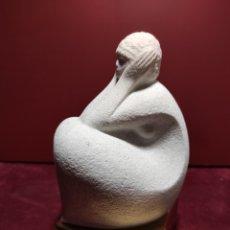 Arte: ESCULTURA EN PIEDRA CON BASE DE BRONCE MUJER SENTADA. MAR BELL. Lote 229916170