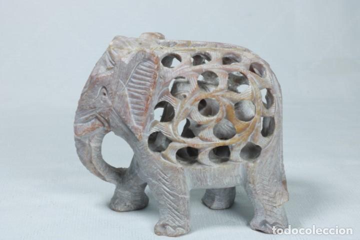 Arte: Extraña escultura de un elefante en el interior de otro elefante tallado a mano en piedra - Foto 2 - 230038780