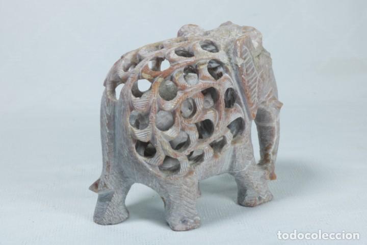 Arte: Extraña escultura de un elefante en el interior de otro elefante tallado a mano en piedra - Foto 5 - 230038780