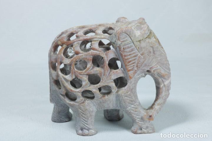 Arte: Extraña escultura de un elefante en el interior de otro elefante tallado a mano en piedra - Foto 6 - 230038780