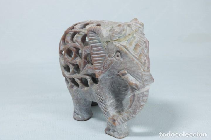 Arte: Extraña escultura de un elefante en el interior de otro elefante tallado a mano en piedra - Foto 7 - 230038780