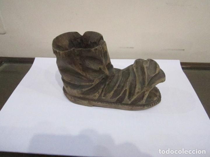 FIGURA BOTA ROTA EN MADERA TALLADA 15 X 10 X 6 CM. (Arte - Escultura - Madera)