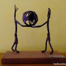 Arte: MINI ESCULTURA BRASILEÑA. DEDO DE GENTE. HECHA A MANO CON MATERIAL RECICLADO. Lote 235548815