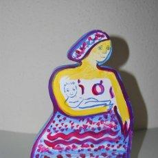 Arte: ESCULTURA DE MADERA PINTADA AL ÓLEO- MUJER CON NIÑO - MATERNIDAD - FIRMADA - 2004. Lote 235828990
