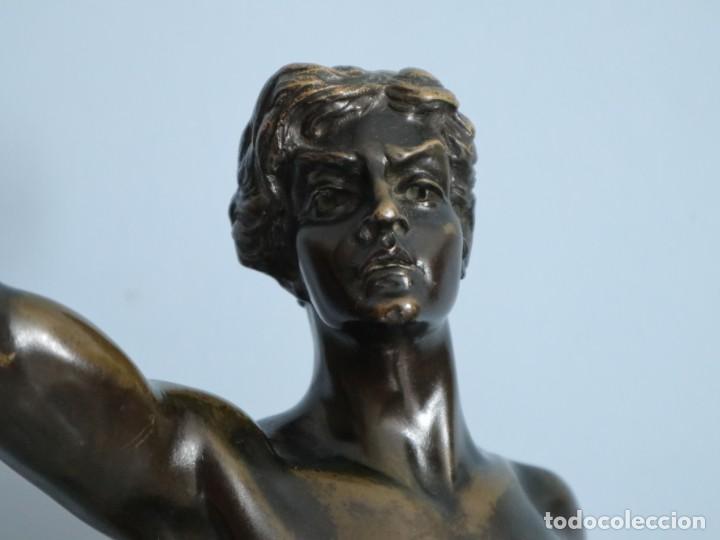 Arte: Corredor Victorioso. Charles Lemoyne (Francia 1783- 1873). Figura de bronce patinado. Mide 59 cm. - Foto 5 - 236047400