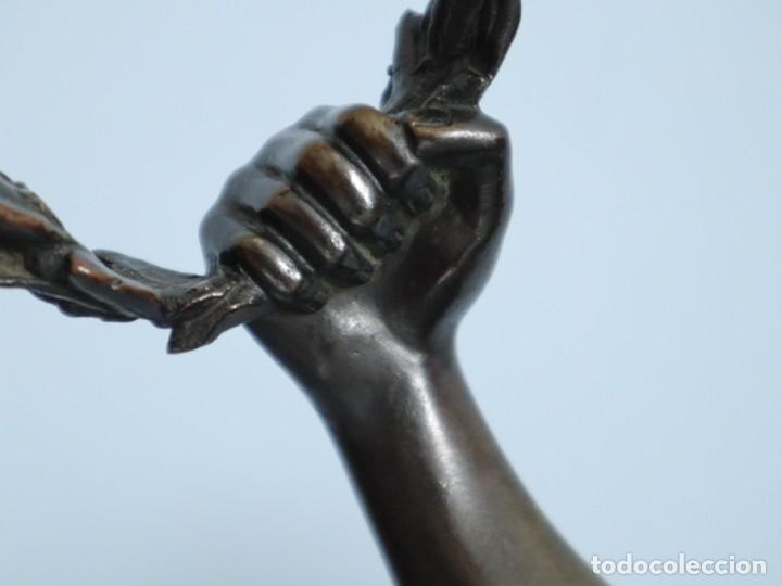 Arte: Corredor Victorioso. Charles Lemoyne (Francia 1783- 1873). Figura de bronce patinado. Mide 59 cm. - Foto 12 - 236047400