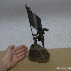 Arte: ANTIGUA ESCULTURA FRANCESA DE ABANDERADO MILITAR DE SIGLO XIX, FRANCIA.. Lote 236659265