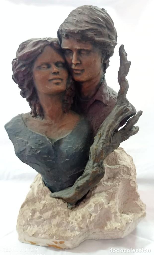 FIGURA CERAMICA OSCURA ENAMORADOS (Arte - Escultura - Piedra)