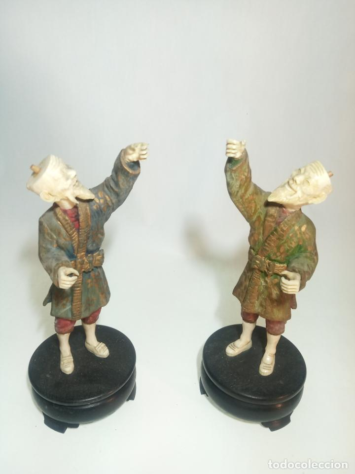 INTERESANTE PAREJA DE FIGURAS DE ANCIANOS JAPONESES EN MADERA Y HUESO. FALTAN SOMBREROS Y FAROLILLOS (Arte - Escultura - Hueso)