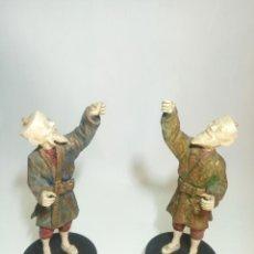 Arte: INTERESANTE PAREJA DE FIGURAS DE ANCIANOS JAPONESES EN MADERA Y HUESO. FALTAN SOMBREROS Y FAROLILLOS. Lote 236773080