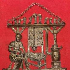 Arte: COLGADOR DE BRONCE. ZAPATERÍA, AÑOS 50 - 60. Lote 236832150