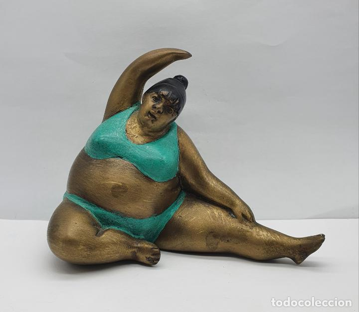 BELLA ESCULTURA ANTIGUA DE DAMA EN TRAJE DE BAÑO ESTILO BOTERO EN BRONCE PARCIALMENTE ESMALTADA . (Arte - Escultura - Bronce)