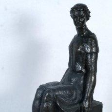 Arte: ROSA MARTÍNEZ BRAU (BARCELONA, 1923) ESCULTURA EN BRONCE MUJER SENTADA FIRMADA. Lote 236964470