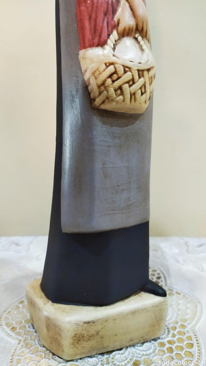 Arte: Figura antigua de porcelana fina en mate, mujer con velo y cesta. - Foto 5 - 237903160