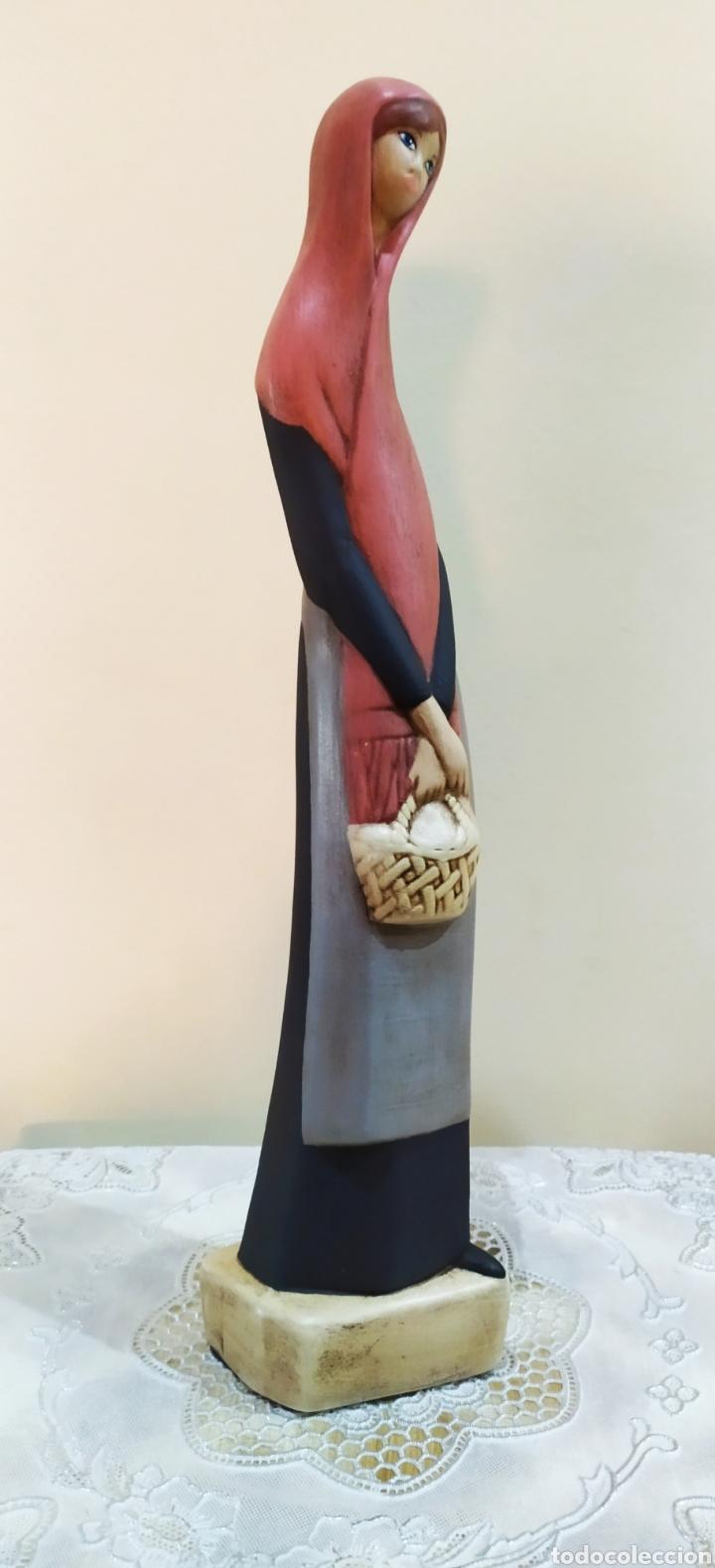FIGURA ANTIGUA DE PORCELANA FINA EN MATE, MUJER CON VELO Y CESTA. (Arte - Escultura - Porcelana)