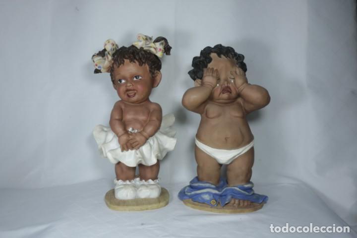 ADORABLE PAREJA DE NIÑOS DE RESINA - NIÑA SONRIENDO Y NIÑO LLORANDO - PIEZAS ÚNICAS Y ANTIGUAS (Arte - Escultura - Resina)
