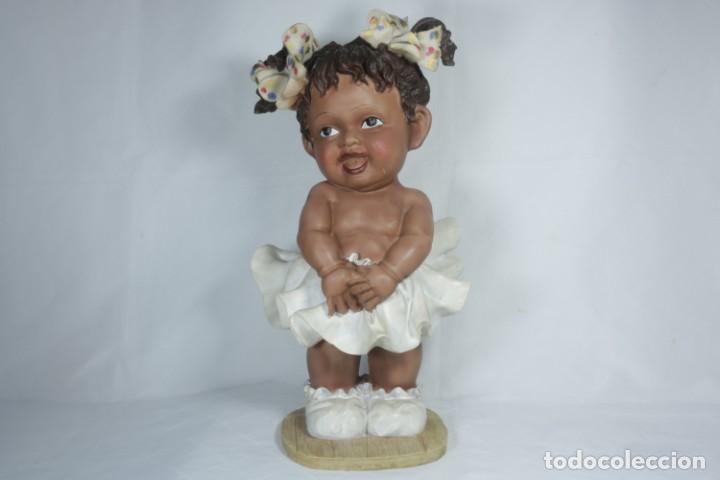 Arte: Adorable Pareja de niños de resina - Niña sonriendo y niño llorando - Piezas únicas y antiguas - Foto 2 - 238281615