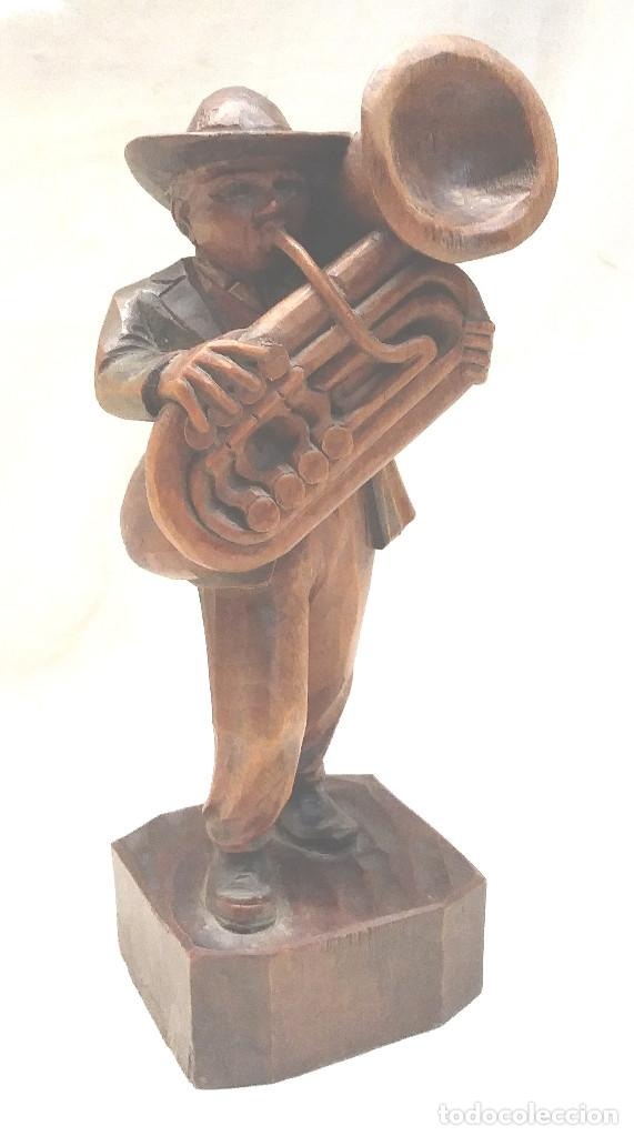 MUSICO TUBA TALLA DE MADERA. MED. 19 CM (Arte - Escultura - Madera)
