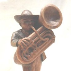 Arte: MUSICO TUBA TALLA DE MADERA. MED. 19 CM. Lote 241234935