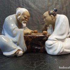 Arte: ELEGANTE FIGURA DE CHINOS JUGANDO A LAS DAMAS O AJEDREZ CHINO. V2. Lote 241887970