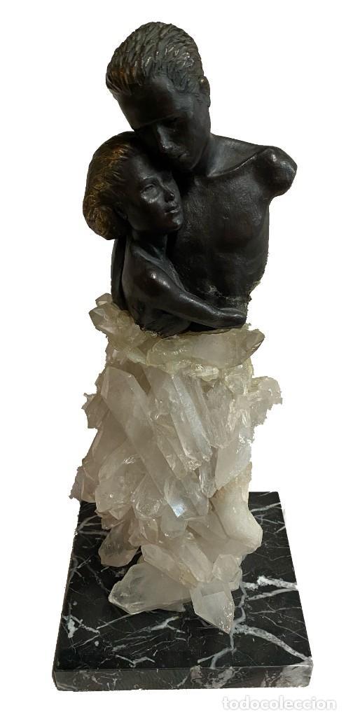 ESCULTURA DE BRONCE, MÁRMOL Y CUARZO, PAREJA, ENAMORADOS, ROMÁNTICA.48X20X18. FIRMADA (Arte - Escultura - Bronce)
