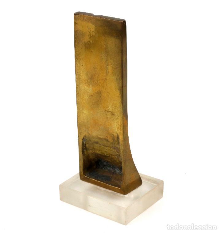 Arte: Escultura de latón con peana, motivo abstracto, 1970s, firma ilegible. 18x6x3cm - Foto 5 - 244010015
