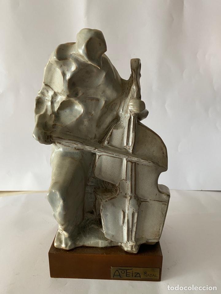 ANTONIO OTEIZA, FIGURA DE MÚSICO VIOLONCHELISTA EN CERÁMICA, NÚMERDA Y FIRMADA. (Arte - Escultura - Porcelana)