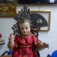Arte: ESPECTACULAR NIÑO JESUS DE TALLA DE MADERA CON OJOS DE CRISTAL Y PESTAÑAS NATURALES. Lote 250254430