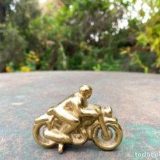 Arte: MOTORISTA MOTO PEQUEÑA ESCULTURA BRONCE MOTOCICLETA TROFEO MOTOCICLISMO O SIMILAR 7,5X6,5CM. Lote 253690685
