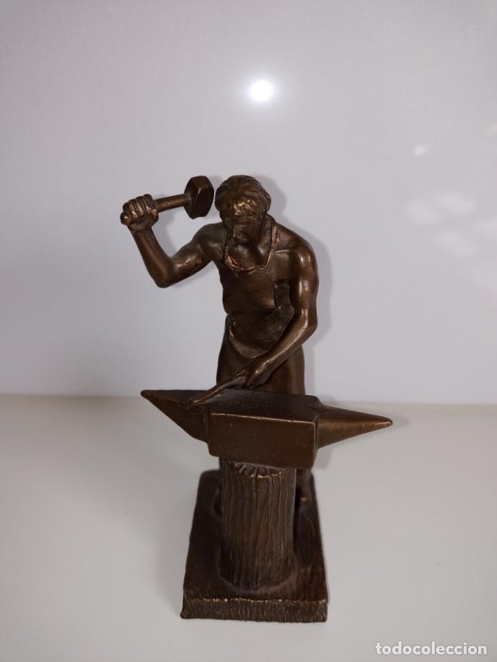 ESCULTURA EN BRONCE FIRMADA S. CARRASCO QUE REPRESENTA UN HERRERO TRABAJANDO SOBRE UN YUNQUE (Arte - Escultura - Bronce)