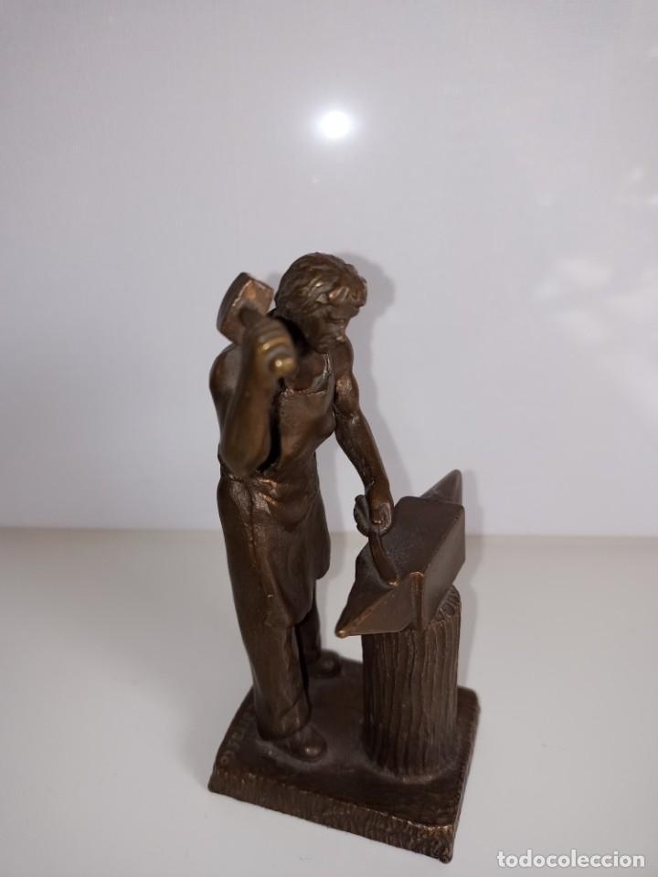 Arte: Escultura en bronce firmada S. Carrasco que representa un herrero trabajando sobre un yunque - Foto 2 - 254157755