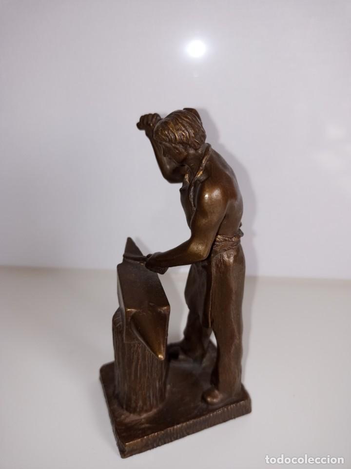 Arte: Escultura en bronce firmada S. Carrasco que representa un herrero trabajando sobre un yunque - Foto 3 - 254157755
