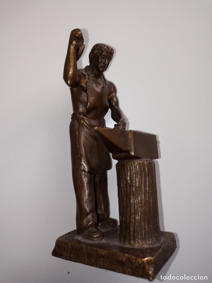 Arte: Escultura en bronce firmada S. Carrasco que representa un herrero trabajando sobre un yunque - Foto 9 - 254157755