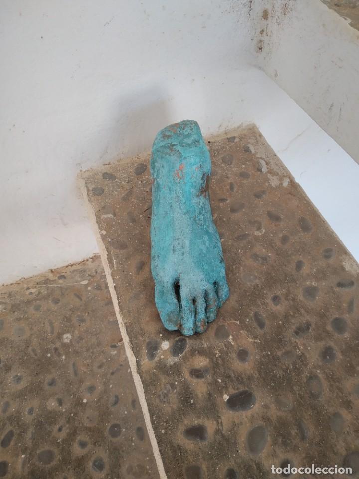 PIE PISA PAPELES (Arte - Escultura - Terracota )