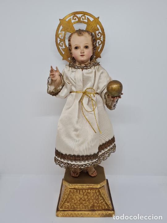 PRECIOSO NIÑO JESUS DE TALLA DE VESTIR CON SU PEANA DORADA,S. XIX (Arte - Escultura - Madera)