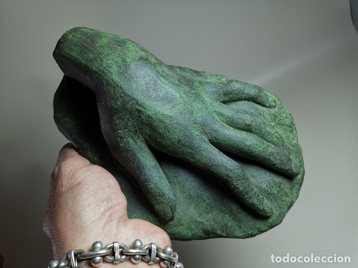 ESCULTURA EN TERRACOTA PATINADA-MOTIVO MANO--FIRMADA JOAN VALLAYX (Arte - Escultura - Terracota )