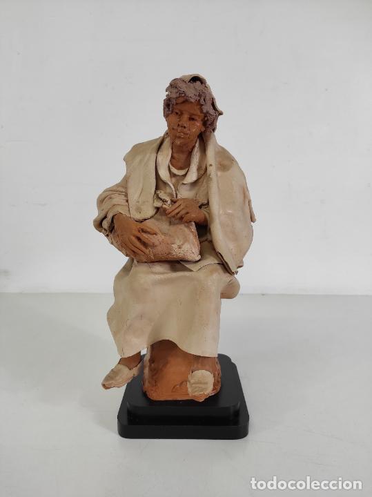 FRANCESCO MUSSO (CALTAGIRONE, SICILIA 1942) - FIGURA TERRACOTA (Arte - Escultura - Terracota )
