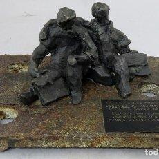 Arte: ESCULTURA DOS HOMBRES SENTADOS FIRMADA RN CON PLACA DEDICADA Y BASE DE HIERRO 1993. Lote 262857030