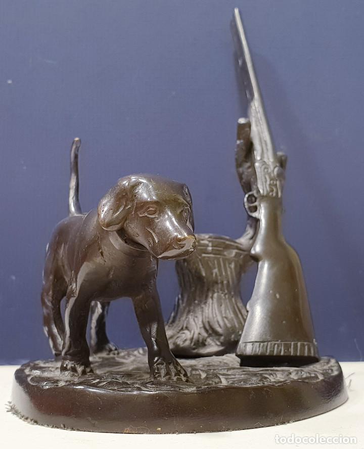 PERRO CAZADOR DE BRONCE CON ESCOPETA DE CAZA. (Arte - Escultura - Bronce)