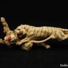 Arte: ANTIGUA FIGURA JAPONESA PELEA TIGRE CONTRA LEON TALLADA EN MARFIL Y FIRMADA. Lote 266004968