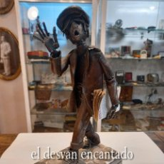 Arte: EL REPARTIDOR DE PERIODICOS. ESCULTURA HIERRO FORJADO. LOS PERIODICOS SON DE PAPEL. ARTE CONTEMPORAN. Lote 270941453