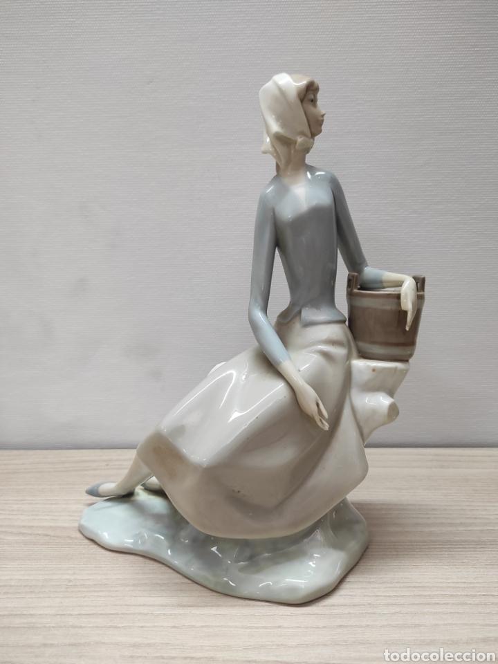 FIGURA PORCELANA POLICROMADA MUJER NAO (Arte - Escultura - Porcelana)
