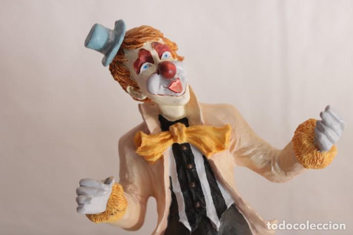 Arte: Original escultura de resina de un payaso con gabardina - Greatart Collection - Foto 2 - 273170323