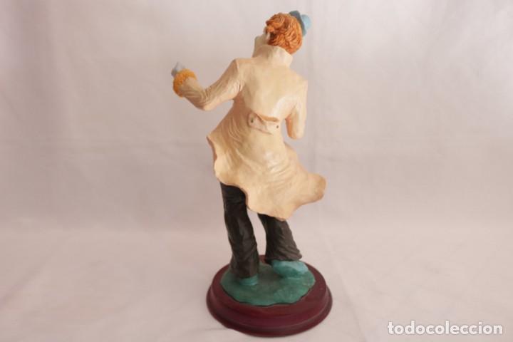 Arte: Original escultura de resina de un payaso con gabardina - Greatart Collection - Foto 5 - 273170323